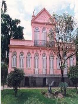 Fachada da Casa de Rui Barbosa com jardim na frente.