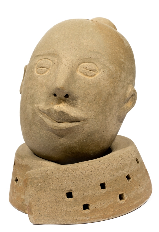 Imagem da obra Devaneio 10 - escultura de cerâmica de cabeça de mulher com cabelo preso em coque alto com expressão serena.