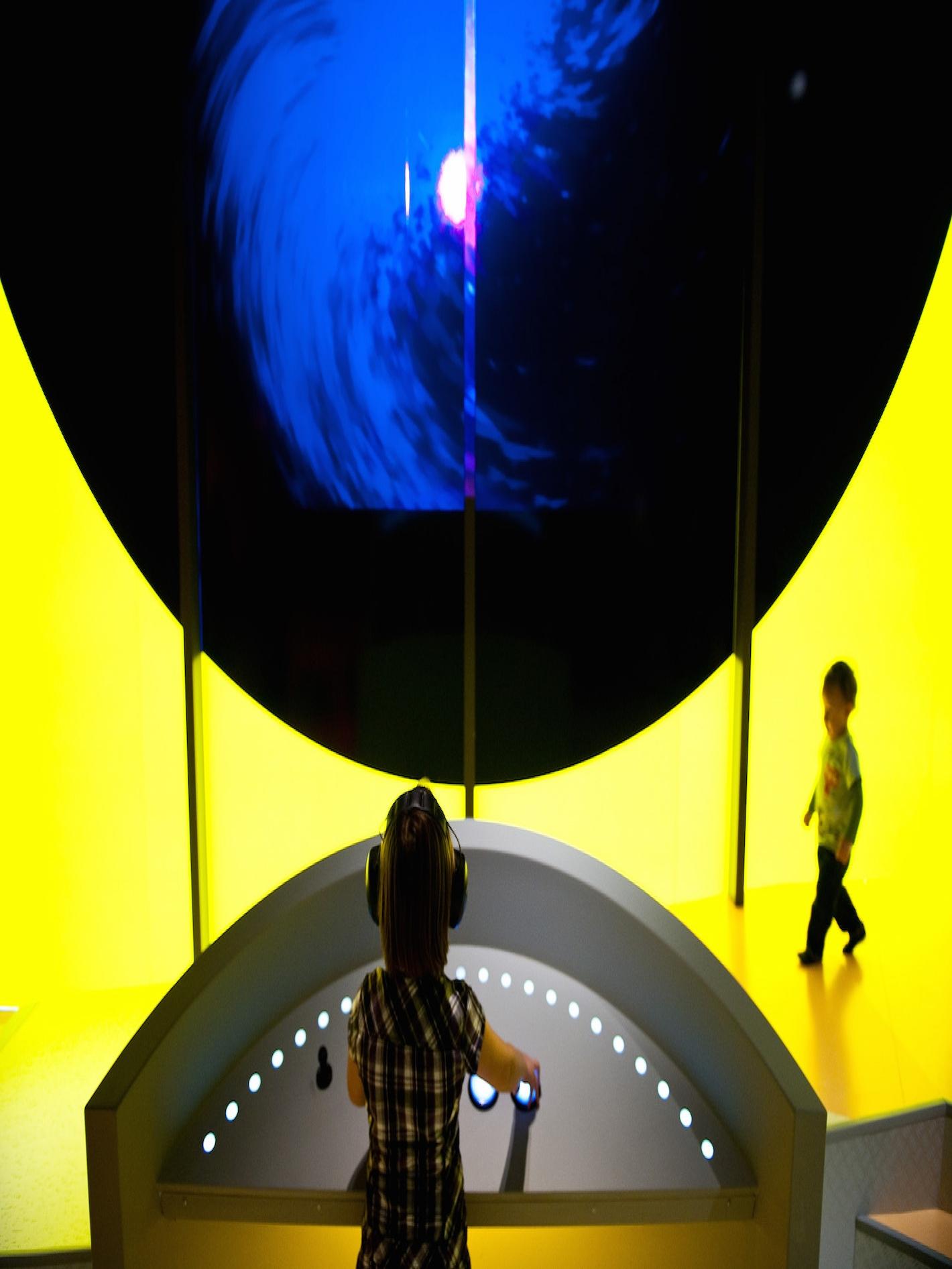 Criança brincando em instalação no Museu das Culturas Mundiais.