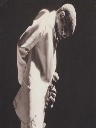 Fotografia preto e branca de Cartola fazendo reverência.